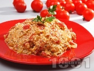 Рецепта Миш маш с червени чушки (пиперки), яйца, сирене и домати на тиган